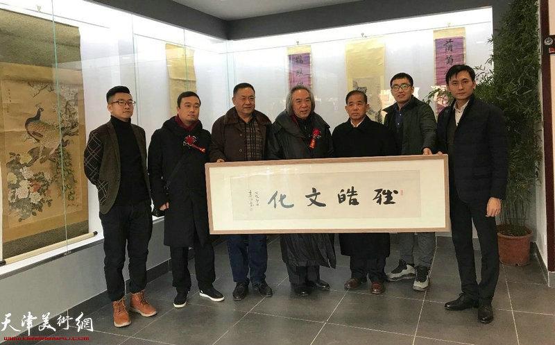 霍春阳教授为开业典礼题字,左起:王子范先生、李清海先生、马长寿先生、霍春阳先生、张俊伟先生、武斌先生、马久盛先生