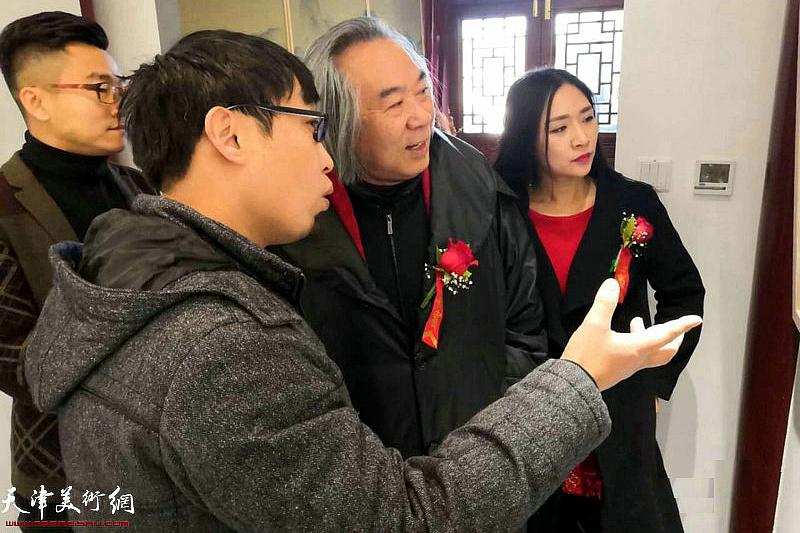 霍春阳先生、张枕石先生、王子范先生、王紫萱女士在观赏展出的作品。