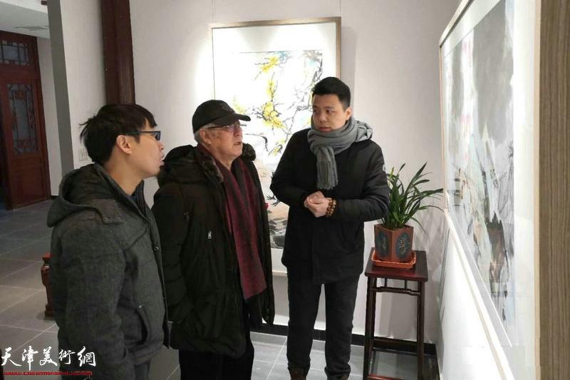 贾宝珉先生、张枕石先生、李大光先生在观赏展出的作品。