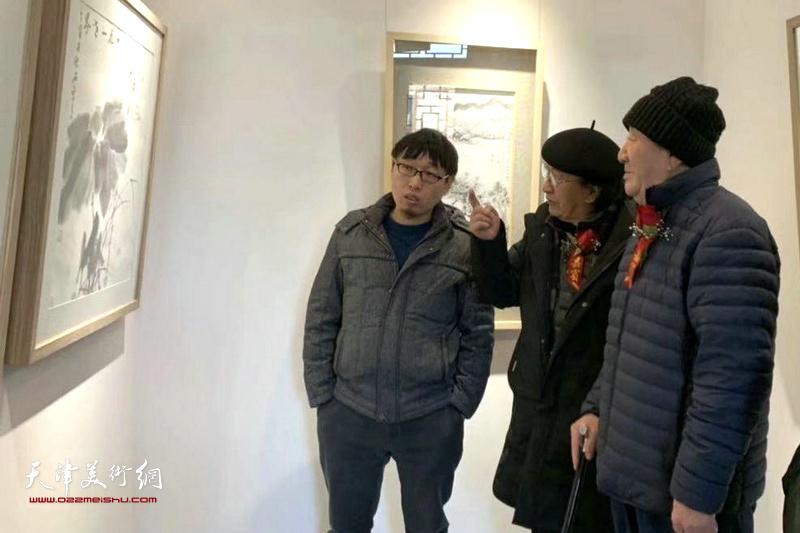 侯春林先生、王之海先生、张枕石先生在观赏展出的作品。