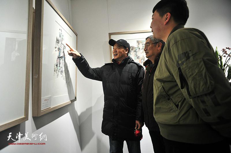 马寒松先生、张佩钢先生在观赏展出的作品。