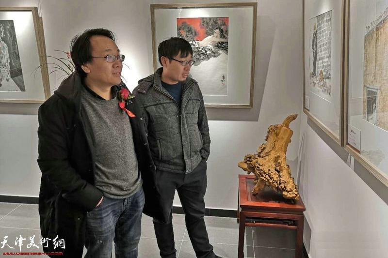 张晓彦先生、张枕石先生在观赏展出的作品。