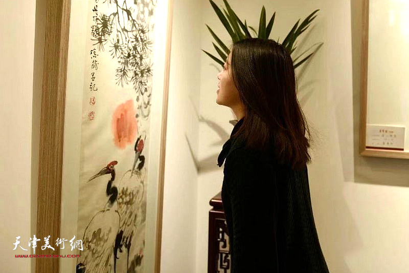 宋丹女士在观赏展出的作品。