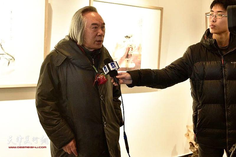霍春阳先生在展览现场接受媒体采访。