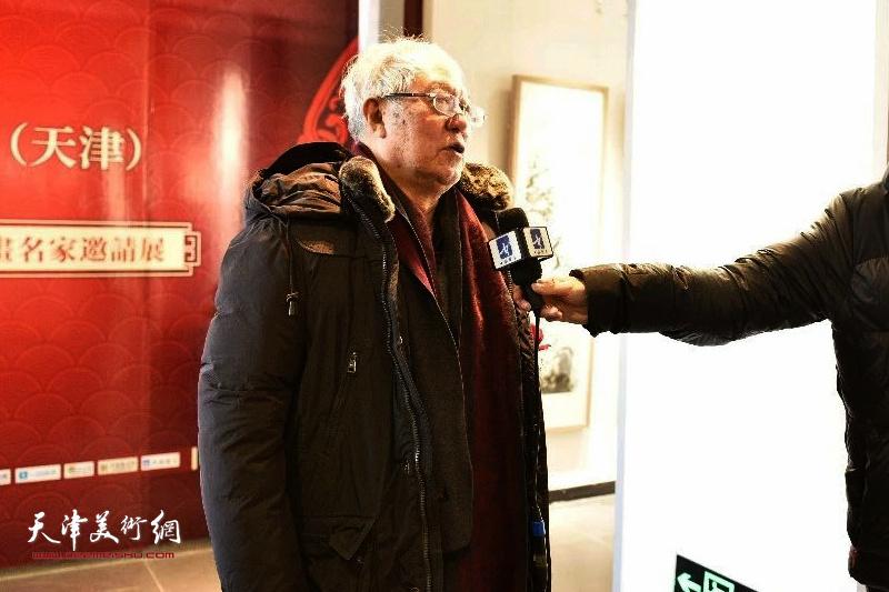 贾宝珉先生在展览现场接受媒体采访。