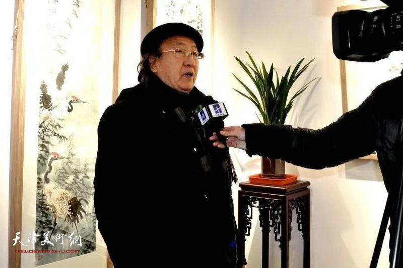 王之海先生在展览现场接受媒体采访。