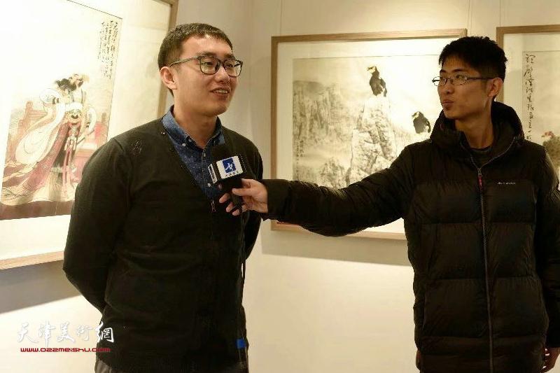 武斌先生在展览现场接受媒体采访。