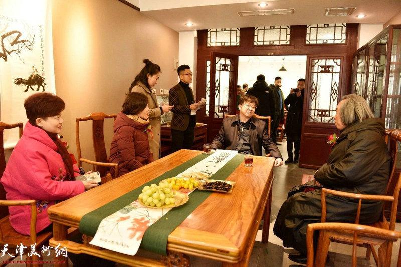 左起:翁芳芳秘书长、郭颖局长、李桂强部长、霍春阳教授品茗交流