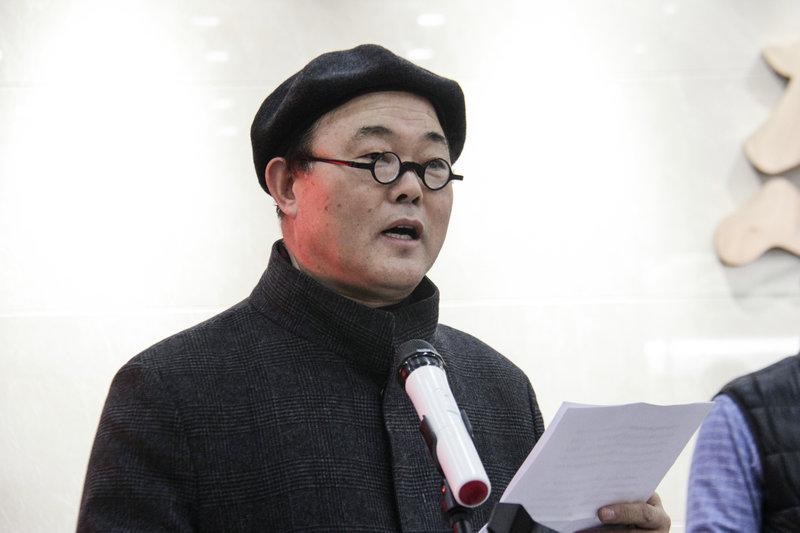 商丘师范学院艺术设计学院院长、中国摄影家协会教育委员会委员张新根在开幕式上发言