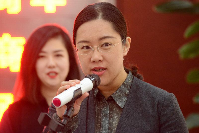 天津市东丽区文化广播电视局党组书记、局长徐瑾宣布摄影展开幕