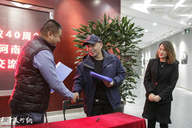 天津市东丽区文化馆馆长王祎与河南省商丘市文化馆馆长王纲签订友好馆协议。