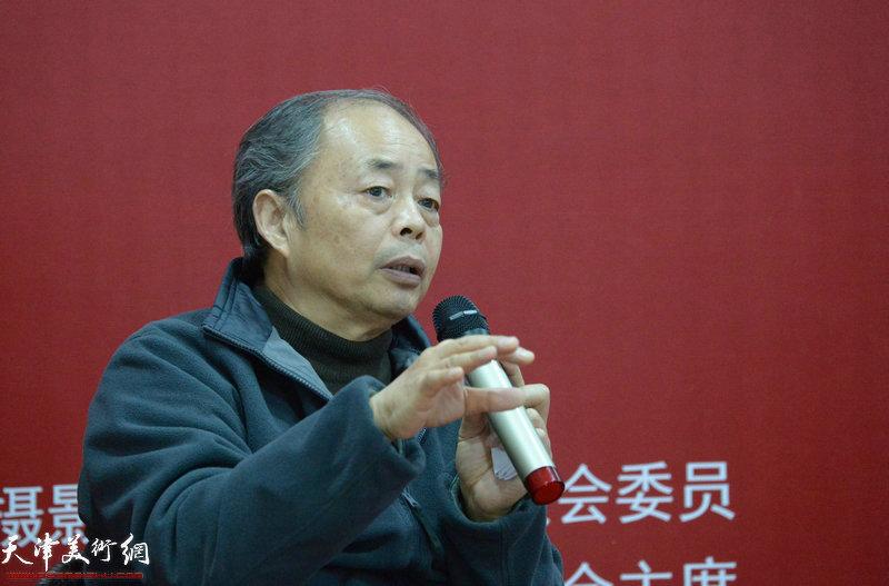 河南省摄影家协会荣誉主席、中国摄影界最高奖金像奖获得者于德水在摄影论坛中发言