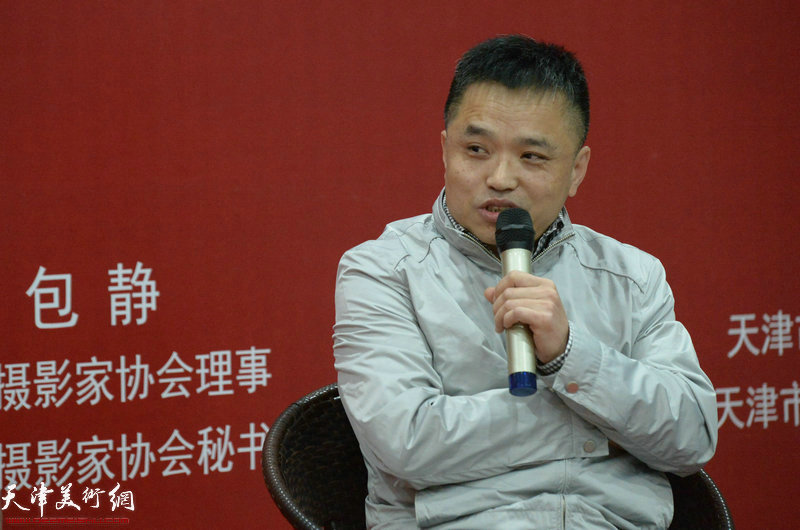 天津市摄影家协会秘书长、中国摄影家协会理事包静在摄影论坛上发言。