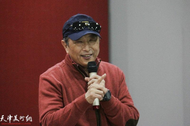 天津市艺术摄影学会主席、天津市群众摄影教育重要奠基人雷平在摄影论坛上发言。