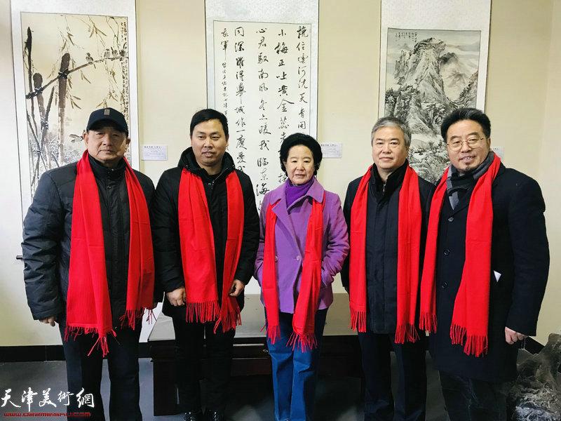 曹秀荣、齐成喜、方大开等在展览现场