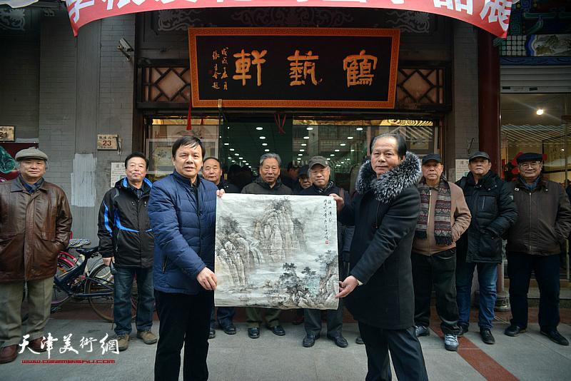 著名山水画家刘士忠赠画致贺。