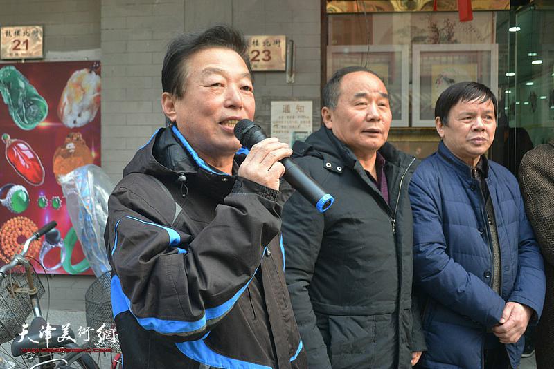 杨建国主持著名花鸟画家李根友花鸟小品展开幕式。