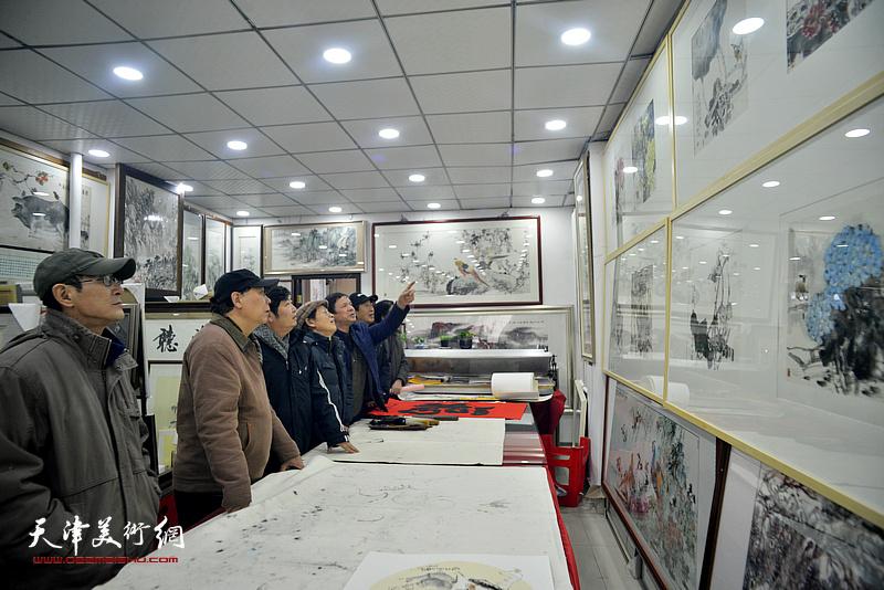 左起:王印强、郭凤祥、王惠民、尚金声、李根友、郭福深在小品展现场。