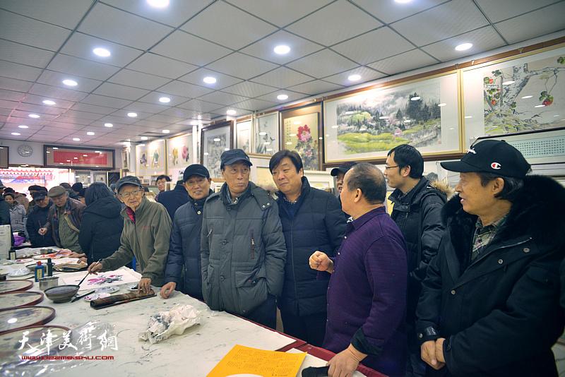 张学强、钱桂芳、翟洪涛、房师武、郭福深、李建华等在小品展现场。