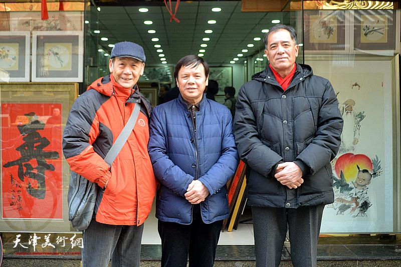 李根友与张志连、赵玉山在鹤艺轩。