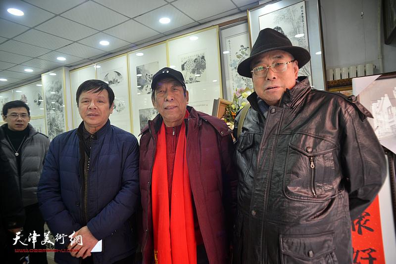 李根友与佟有为、王义常在小品展现场。
