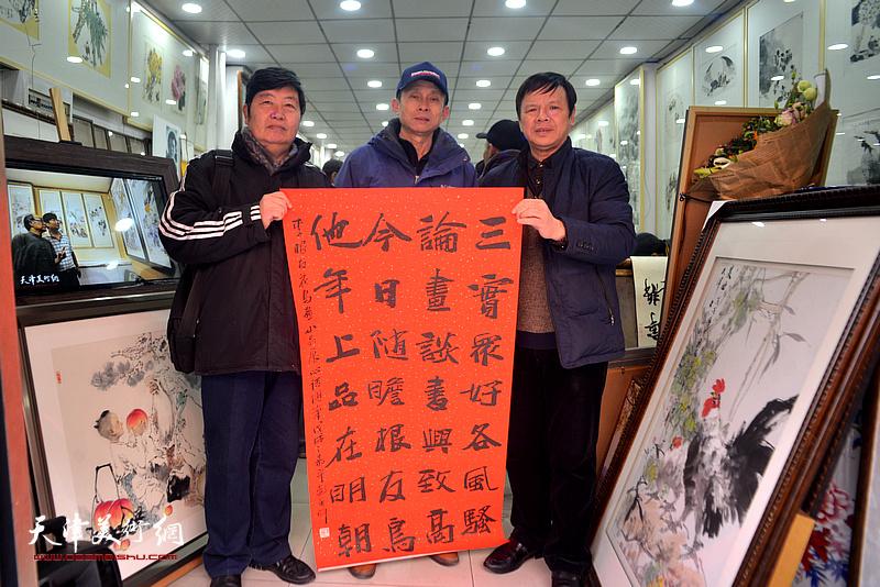 李根友与王惠民、彭英科在小品展现场。