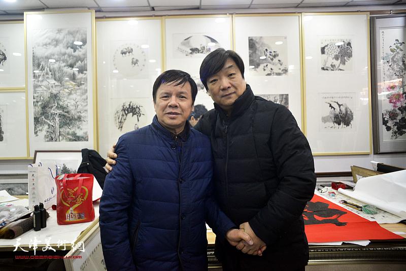 李根友与翟洪涛在小品展现场。