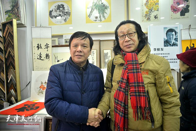李根友与张葆东在小品展现场。