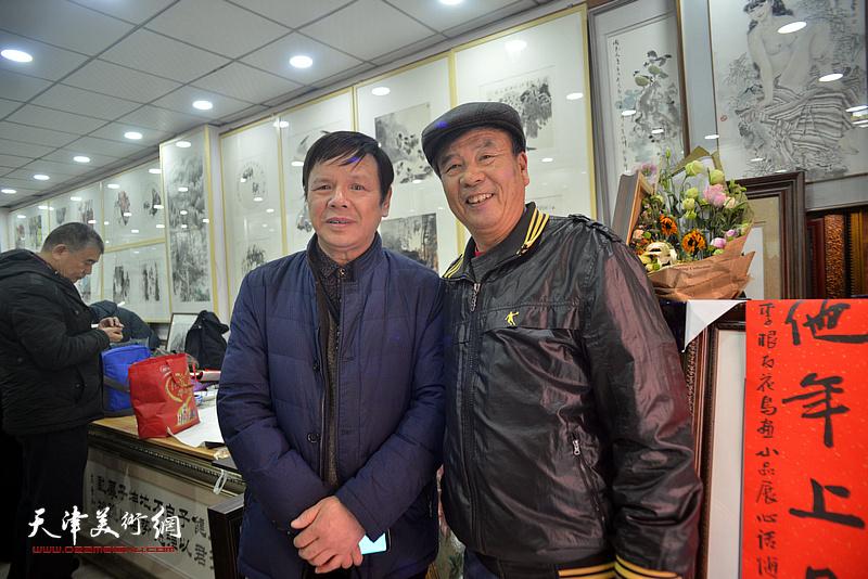 李根友与张文逊在小品展现场。