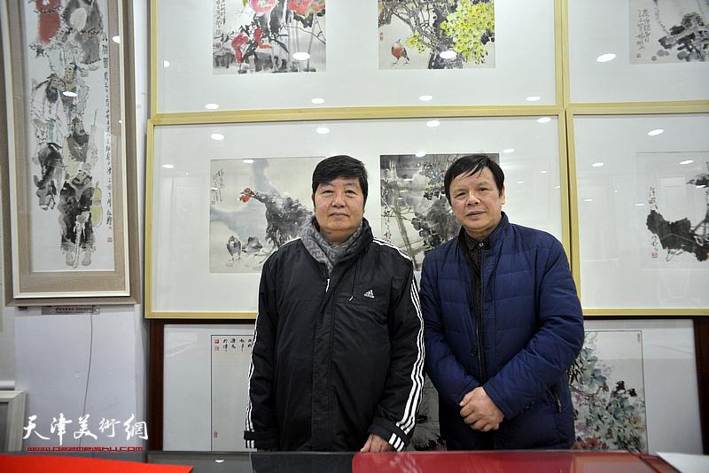 李根友、王惠民在小品展现场。