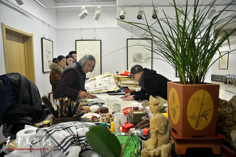 霍春阳老师与爱新觉罗·恒鑫在工作室
