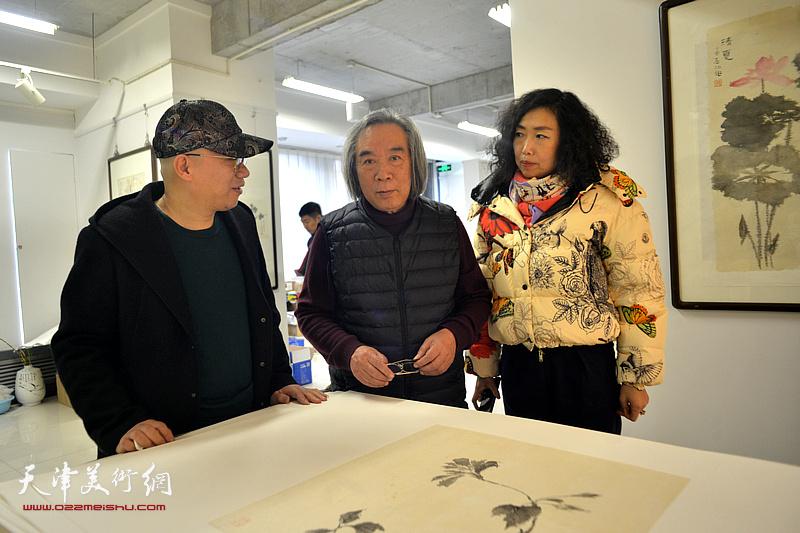 霍春阳老师在工作室与爱新觉罗·恒鑫、张超