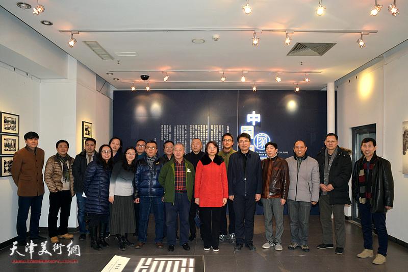 """""""中国家风""""廉政文化招贴展在天津美术学院美术馆开展。"""