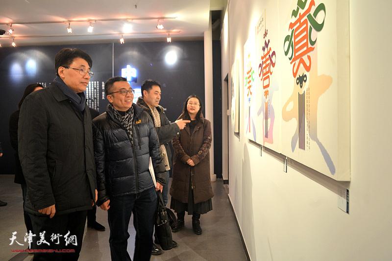 郭振山、李立华、高山、商毅在展览现场观看作品。