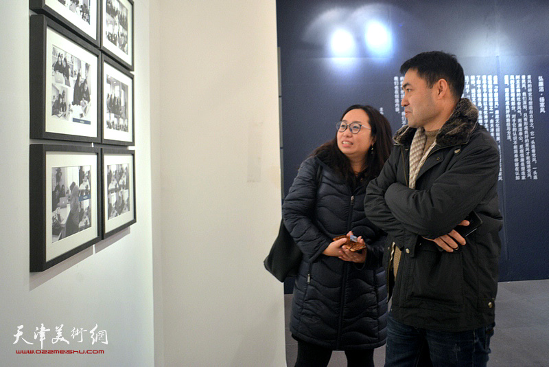 高山、王瑞雪在展览现场观看作品。
