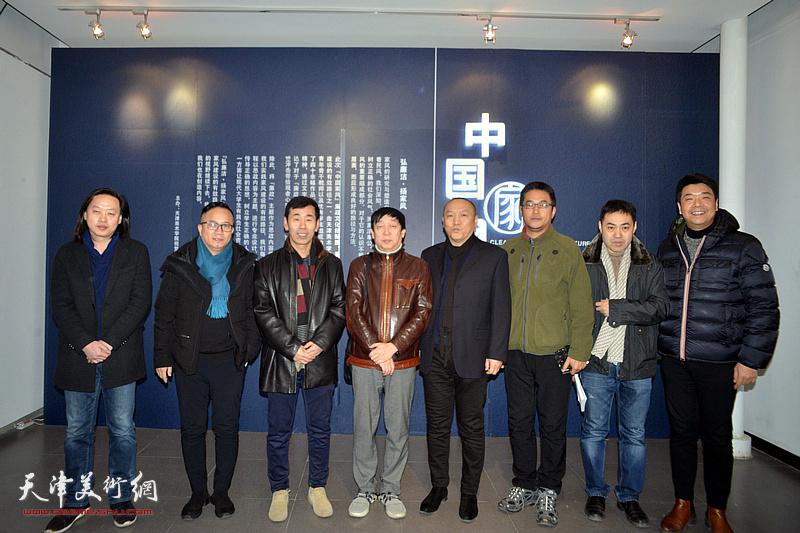 左起:赵俊杰、王成福、兰玉琪、陈幼林、薛明、陈志莹、高山、王中谋在展览现场。