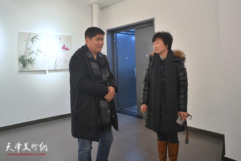 龚丽君与嘉宾在展览现场交流。
