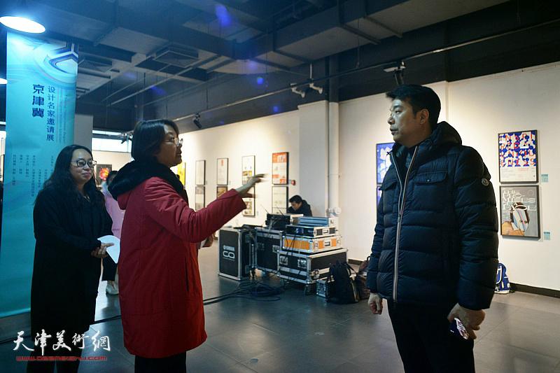 孙杰、王中谋、王瑞雪在展览现场交流。