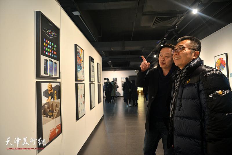 赵俊杰向李立华介绍展出的作品。