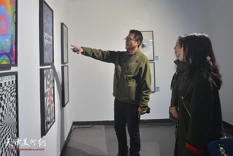 陈志莹与学生在展览现场观看作品。