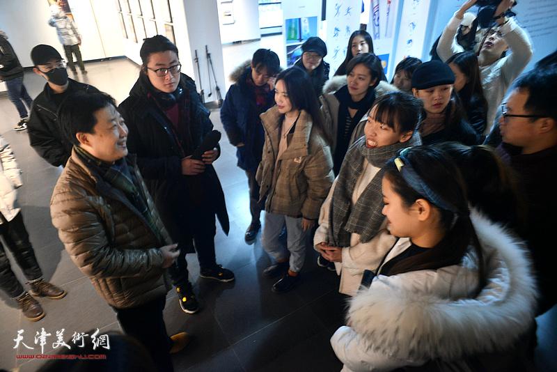 李通与学生们在展览现场交流。