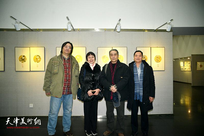 左起:李波、王玲、王书朋、邢立宏在画展现场。