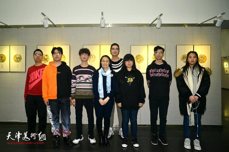 肖爱华她的学生们在画展现场。