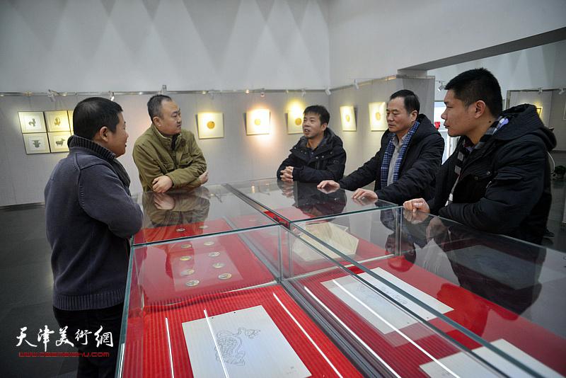 邢立宏、魏瑞江、柴博森、郑伟、陶学仕在画展现场交谈。