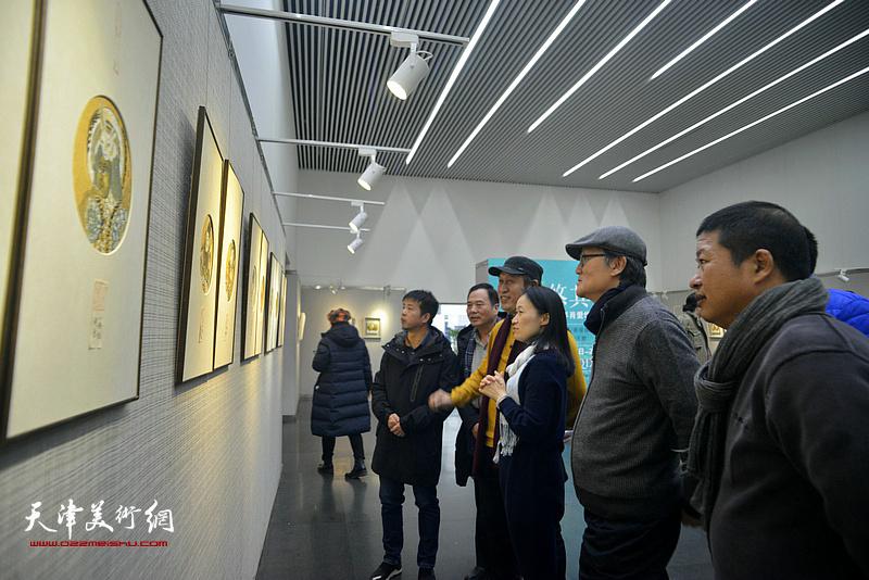 肖爱华与邢立宏、王刚、魏瑞江、陈栋玲、陶学仕在画展现场观看作品。