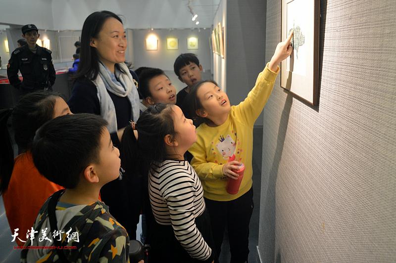 肖爱华在画展现场为小朋友们讲解作品。