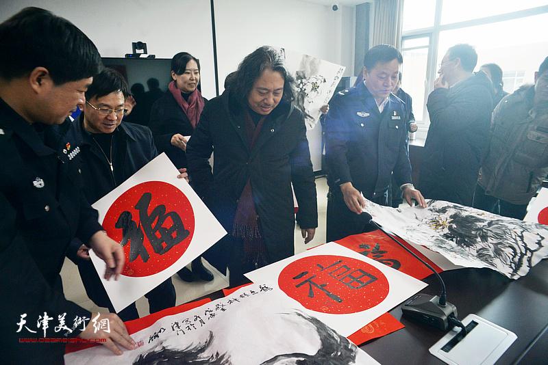 """天津画院一行到西青区西营门街派出所送""""福""""。"""