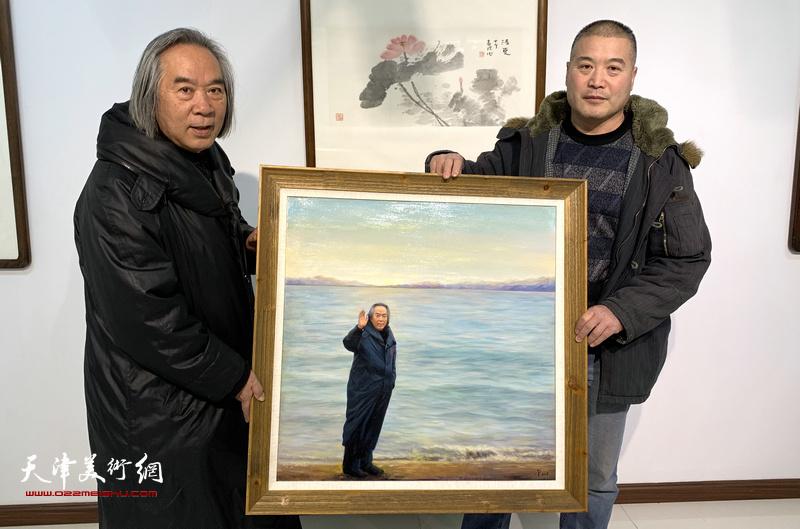 霍春阳、李金玺与写实油画《海边漫步》