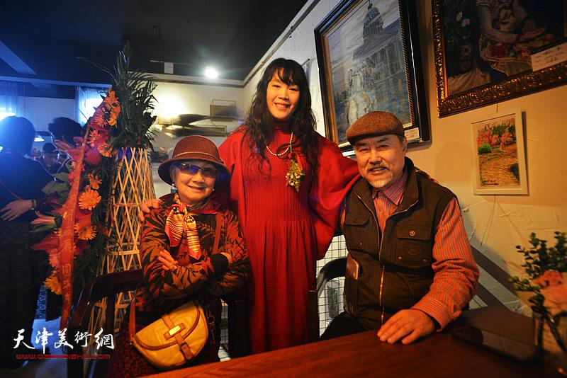 刘莉莉与张树德、吴薇在画展现场。
