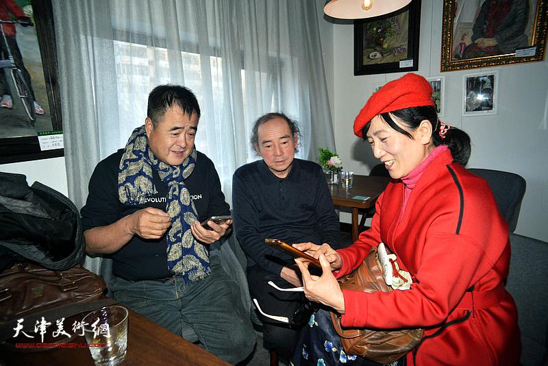 蒋长虹、陈世健在画展现场。